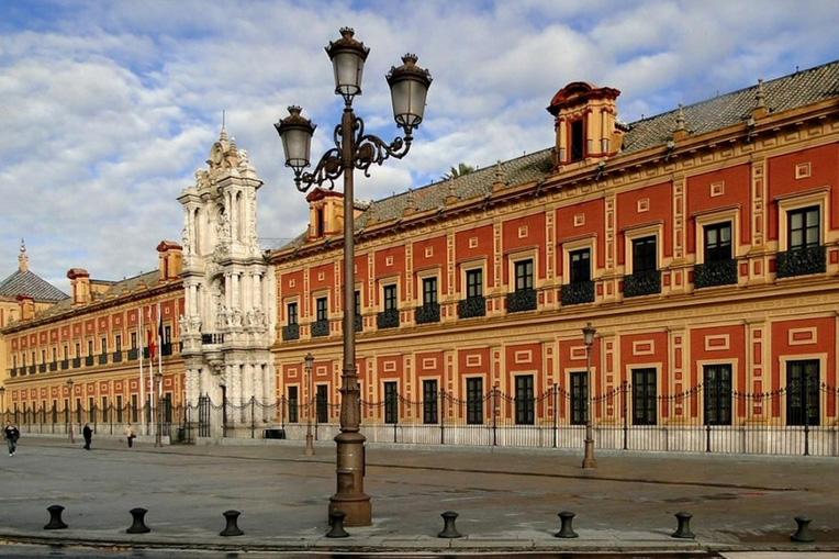 Огромный дворец Севильи