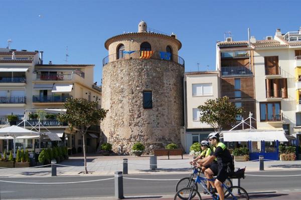 круглый дом в городе Камбрилс Испания