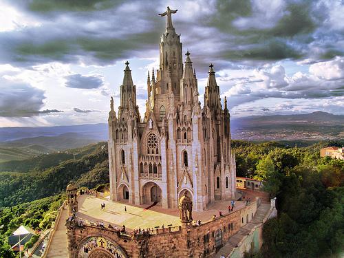 Место, которое нужно посетить в Барселоне - это Гора Тибидабо и храм Святого Сердца Христова