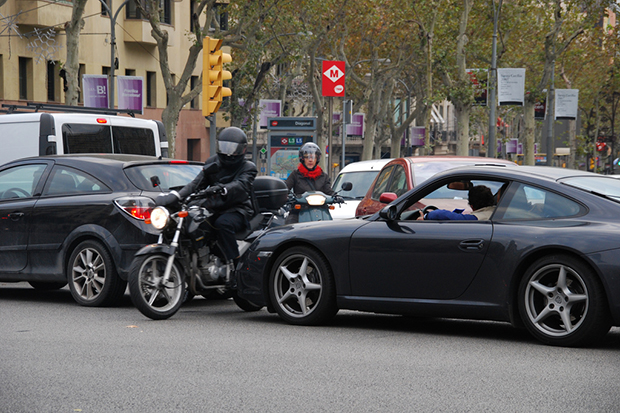 Мотоциклисты на дорогах Барселоны не только мешают движению, но могут и ограбить.