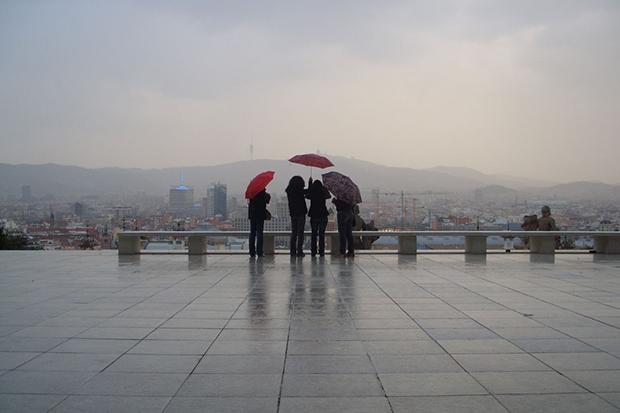Отправляясь на прогулку, обязательно надо взять с собой зонт.