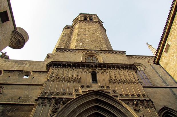Готический квартал Барселоны знакомит с величественными храмами и бастионами.