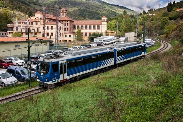Недорогие поезда часто останавливаются по пути следования.
