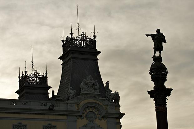 Возле памятника Колумбу дуют сильные ветры.