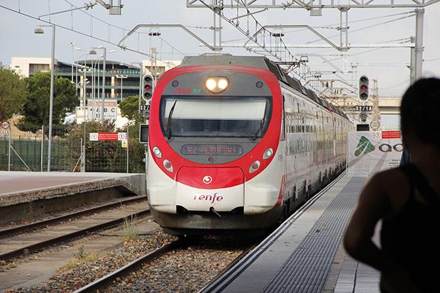 До центрального жд-вокзала регулярно ходят электропоезда компании РЕНФЕ.