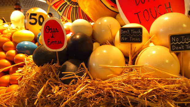 Разноцветные яйца на рынке Бокерия в Барселоне.