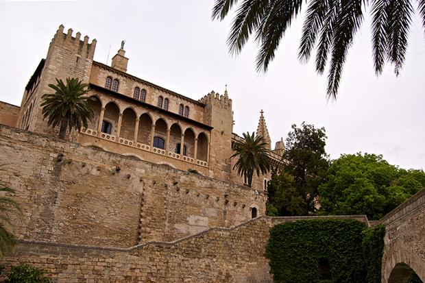 В средние века дворец служил крепостью.