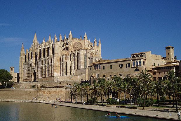 Кафедральный собор впечатляет своими размерами.