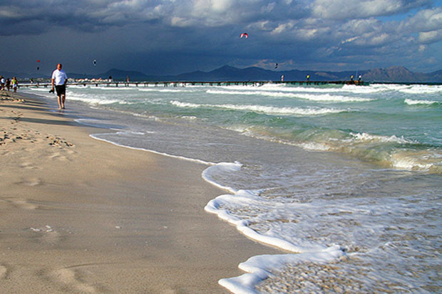 Не редко в конце осени тепло настолько, что можно купаться в море.