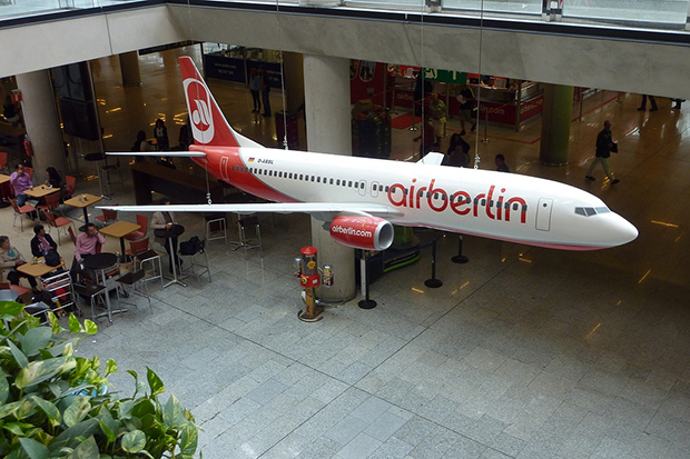 Вестибюль возле кафе декорирован подвесным макетом самолёта.
