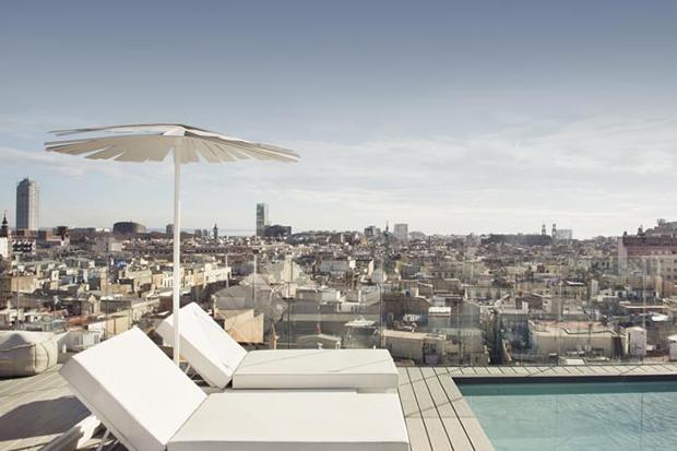 На крыше расположена уютная терраса с бассейном и потрясающим видом на город.