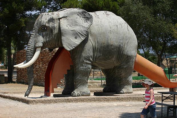 В здешнем зоопарке можно пообщаться с разными зверями, даже с лемурами.