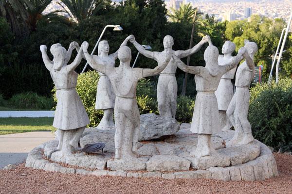 Sardanes — каталонский хоровод.
