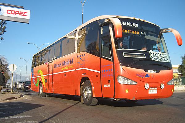 Городские рейсовые автобусы окрашены в красный цвет.