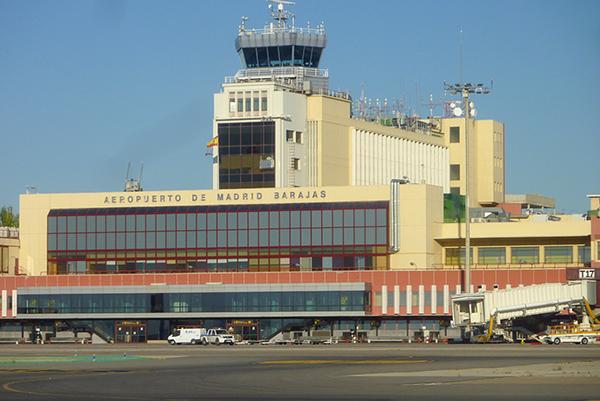 Аэропорт Барахас принимает около 50 миллионов человек в год.