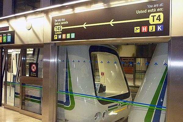 Между частями терминала 4 ходит подземный электропоезд.