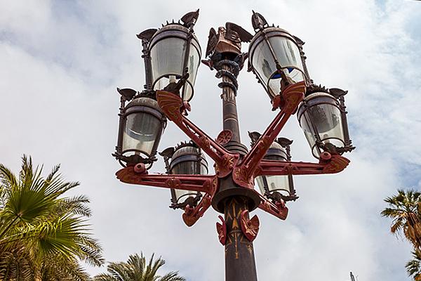 Первым творением Гауди стал уличный фонарь.