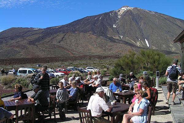 Цены в кафе у подножья вулкана высокие.