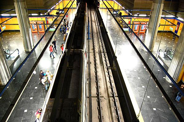 Входы в метро расположены в терминалах 2 и 4.