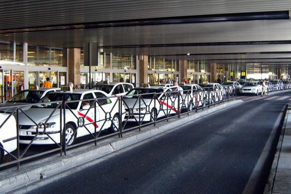 Машины такси можно узнать по красной полосе на боку.