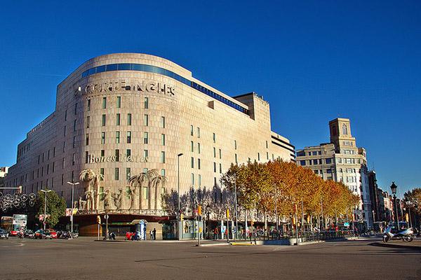 В торговом центре El Corte Ingles большой ассортимент товаров — от обуви до мебели.