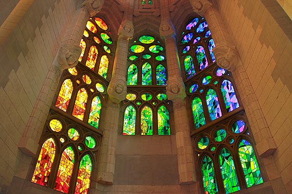 Внутрь свет проникает через разноцветные витражи.