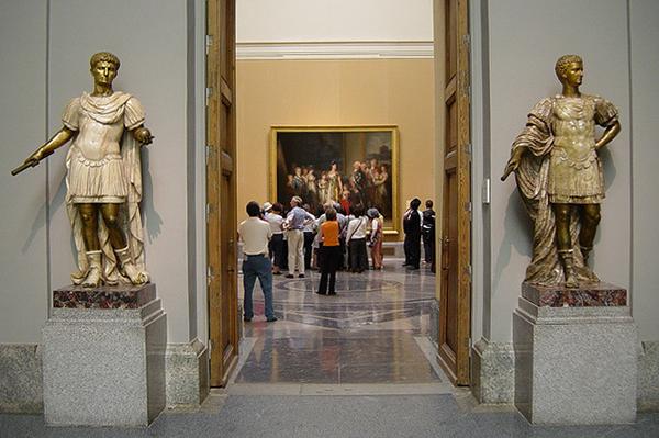 Каждый посетитель проходит строгий контроль на входе.