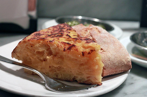 Кусочек тортильи с кофе — традиция многих испанцев.