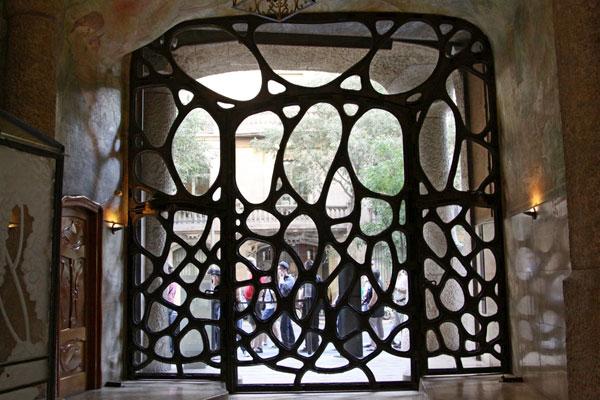 Кованные ворота бельетажа.