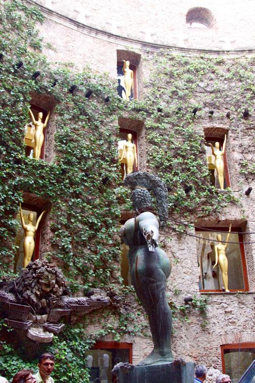 Золотые манеканы на стенах.
