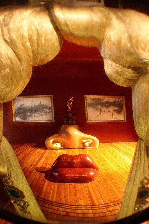 Женский портрет с губами-диваном.