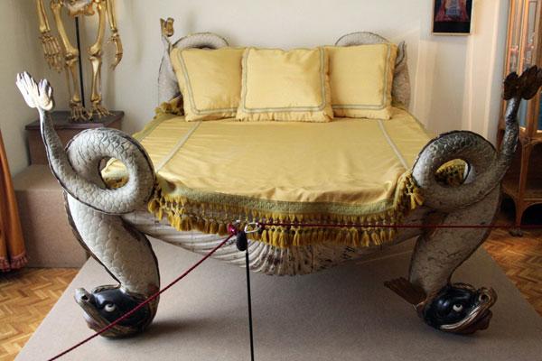 Кровать со змеями.