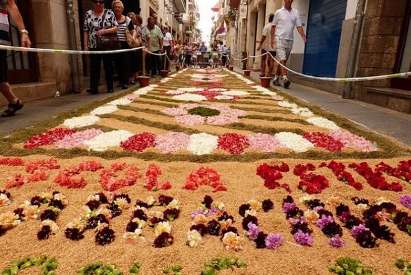 Во время праздника Corpus Christi улицы устилают цветочные ковры.