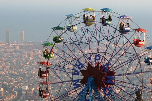 С колеса обозрения октрывается великолепный вид на город.
