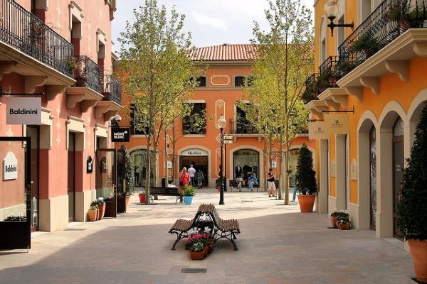 В La Rocca Village скидки на товары круглогодичны.