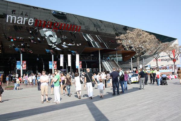В крупных торговых центрах расположены десятки магазинов одежды и техники.