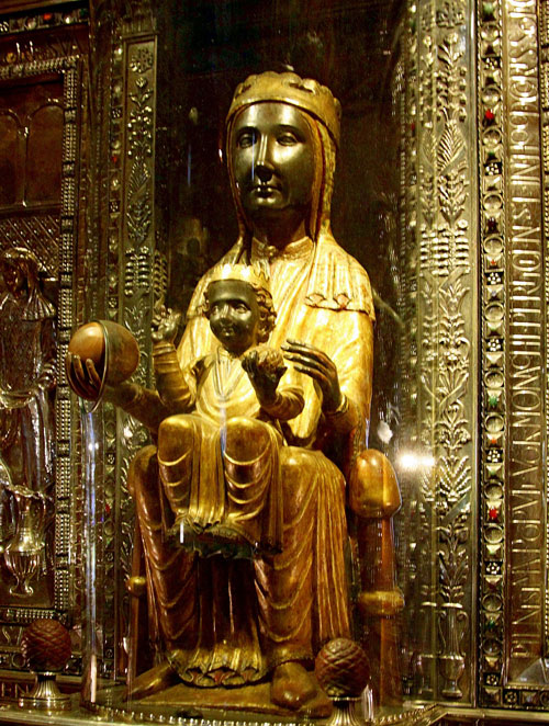 Статуя Чёрной Богородицы.