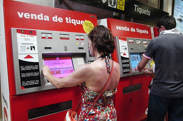 Билеты продаются в больших красных автоматах.