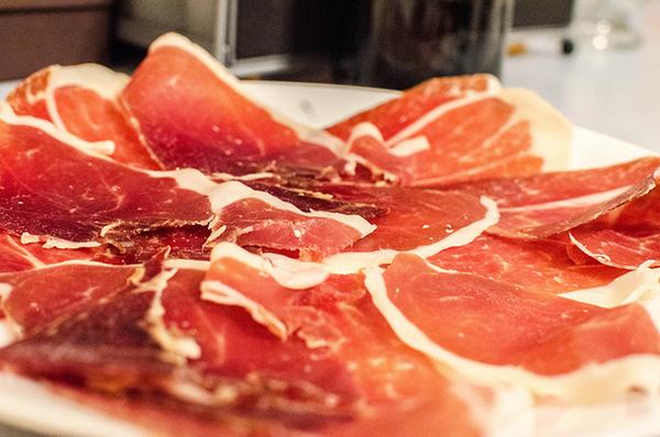 Мясо Иберико очень нежное и вкусное.