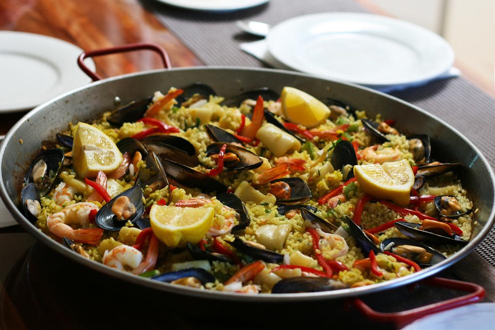 Паэлья — блюдо вкусное и очень красочное.