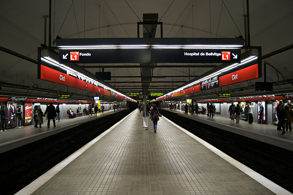 На станциях барселонского метро не две платформы, а три.