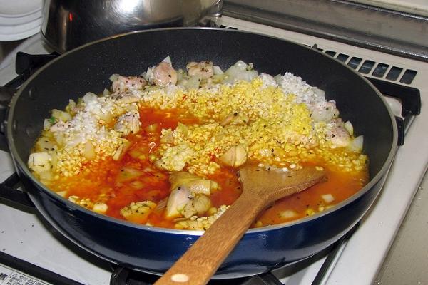 Это кушанье лучше готовить в сковороде с широким дном.