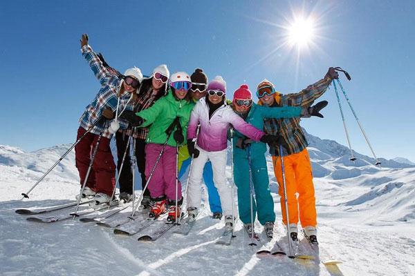 Весёлая компания лыжников.