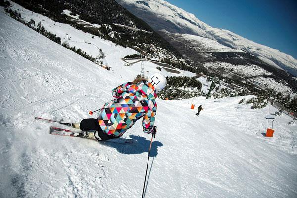 Скоростной спуск на горных лыжах.