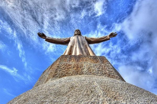 Скульптура Христа на вершине открывает миру свои объятия.
