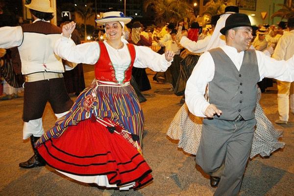 Танцы в национальных костюмах — обязательная составляющая Праздника Креста.