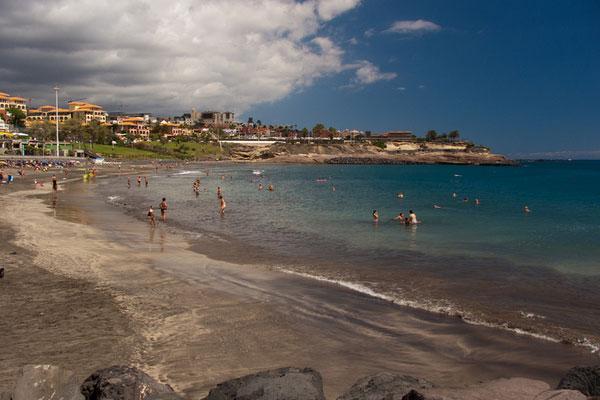 Пляжный отдых на вулканическом песке Тенерифе.