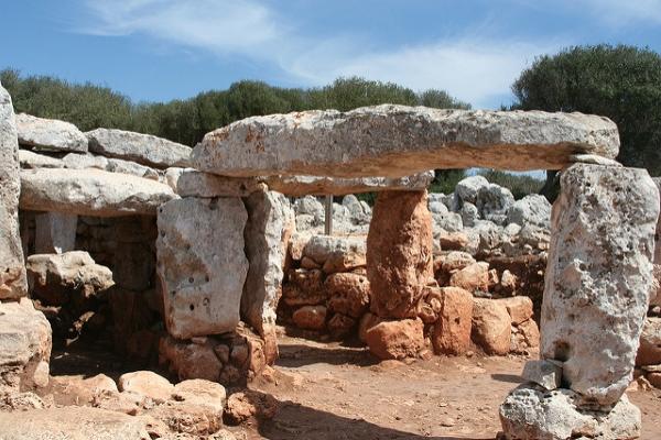 На острове сохранилось немало археологических достопримечательностей.