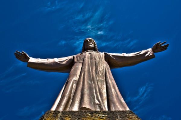 Высота бронзовой статуи Христа на храме — 7 метров.