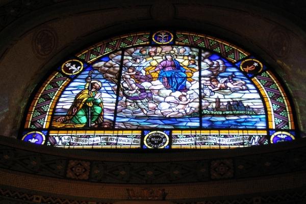 Базилика украшена яркими витражами.
